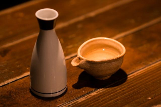 居酒屋で日本酒を注文するといくら?